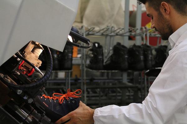 Dettaglio della lavorazione artigianale delle calzature Crispi